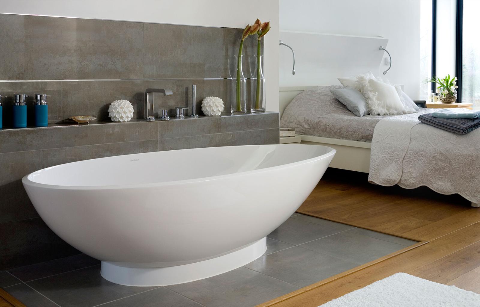banheira com desenho contemporâneo feita em material de última  #254B5E 1600x1025 Banheiro Com Banheira Dimensões